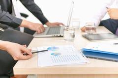 Närbildgraf och diagram på tabellen under affärsmöte Arkivbild