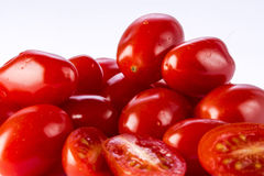Närbildgrupp av körsbärsröda tomater arkivbild
