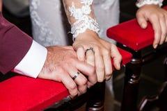 Närbildhänder av bruden och brudgummen Arkivbilder