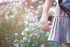 Närbildhand av den ensamma flickan fotografering för bildbyråer
