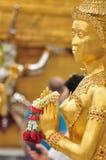 Närbildhand av den guld- statyn av Kinara på Wat Phra Kaew i Bangkok, Thailand Royaltyfria Foton