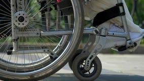Närbildhjul på en rullstol arkivfilmer