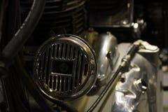 Närbildhorn av den kungliga Enfield klassikern 500, tappningmotorcykel royaltyfri fotografi
