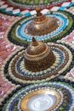 Närbildkonstdesign av den färgrikt brutet tegelplattan, pärlan, bunkelocket och dekorera för sten Royaltyfri Bild