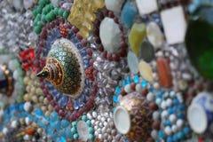 Närbildkonstdesign av den färgrikt brutet tegelplattan, pärlan, bunkelocket och dekorera för sten Royaltyfri Foto
