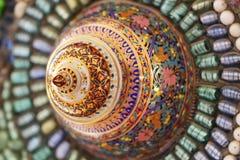 Närbildkonstdesign av den färgrikt brutet tegelplattan, pärlan, bunkelocket och dekorera för sten Royaltyfri Fotografi