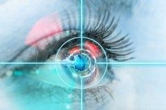 Närbildkvinnaöga med laser-medicin Arkivfoto