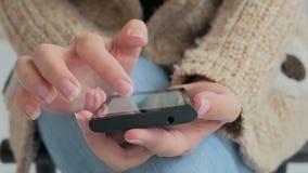 Närbildkvinnahänder genom att använda smartphonen Royaltyfri Bild