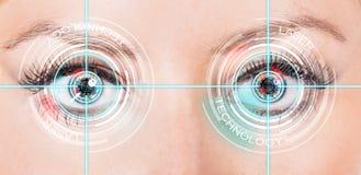 Närbildkvinnan synar med laser-medicin Royaltyfria Bilder
