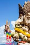 Närbildlag av Ganesha som är utomhus- mot blå himmel och vit c Royaltyfri Fotografi