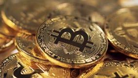 Närbildmakrosikt på Bitcoin Faktiskt internetCryptocurrency begrepp stock video