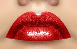 Närbildmakroskott av den kvinnliga munnen Röd kantmakeup för sexig glamour med sensualitetgest Magentafärgad glansläppstift arkivfoton