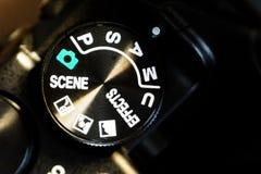 Närbildmakroskott av den svarta kamerakroppen med knappar som kontrollerar och som kopplar skyttefunktionslägen Royaltyfria Foton