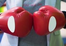Närbildmannen grep hårt om hans nävar i boxninghandskar Inscriptioen royaltyfri fotografi