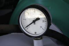 Närbildmanometer med avlägganden av examen på pumpen av brandlastbilen arkivbilder