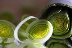 Närbildmatfoto med organiska purjolökar för grönsaker i en idérik orientering royaltyfri fotografi