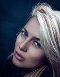 Närbildmodestående av en attraktiv blond kvinna royaltyfri foto