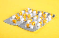 Närbildpackar av orange och vita minnestavlor, smärtstillande medel åstadkommer blåsor på pills Prescripted läkarundersökningdrog Fotografering för Bildbyråer