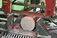 Närbildprocessen av metall som förbi bearbetar med maskin, såg arkivfoto