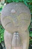 Närbildrad av statyer för stenJizo Bodhisattva i den Hase-dera templet Royaltyfri Bild