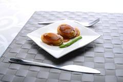 Närbildsidosikt av Abalone som tjänas som i en restaurang royaltyfria foton
