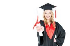 Närbildsikt av att le studenten i hållande diplom för avläggande av examenkappa Royaltyfri Foto