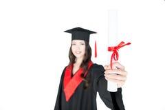 Närbildsikt av att le studenten i hållande diplom för avläggande av examenkappa Arkivfoto
