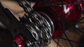 Närbildsikt av cykelnavet Roterande bmx- eller mtbhjul stock video