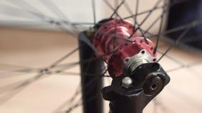 Närbildsikt av cykelnavet Roterande bmx- eller mtbhjul arkivfilmer