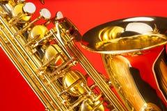 Närbildsikt av den alt- saxofonen med klockan och tangenter Royaltyfria Bilder