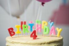 närbildsikt av den läckra födelsedagkakan med nummer fyra överst Royaltyfri Fotografi