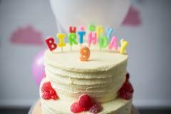 närbildsikt av den läckra födelsedagkakan med nummer nio överst Arkivfoto