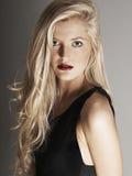 Närbildsikt av den nätta blonda kvinnan som ser kameran Royaltyfria Bilder
