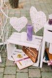 Närbildsikt av den vita trätappningspjällådan med färgglade stearinljus, album och handgjorda hjärtor Royaltyfria Bilder