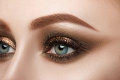 Närbildsikt av det kvinnliga blåa ögat arkivbild