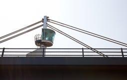 Närbildsikt av ett kontrolltorn överst av en bro Arkivbild