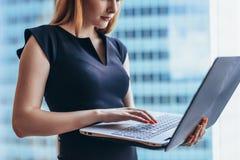 Närbildsikt av för bärbar datorhandstil för kvinnlig arbetare den hållande emailen i regeringsställning som bygger arkivfoto