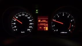Närbildsikt av instrumentbrädan i bilen på nattetid, kontrollbord lager videofilmer