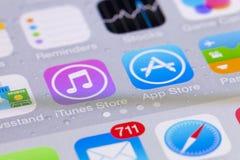 Närbildsikt av manöverenheten av iOS på en iPhone Royaltyfri Fotografi