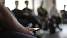 Närbildsikt av manliga händer för ` s på seminariet på den suddiga backgroungen stock video