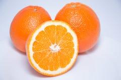 Närbildsikt av nya apelsiner på vit bakgrund royaltyfri bild
