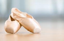 Närbildsikt av pointes för balett Arkivbild