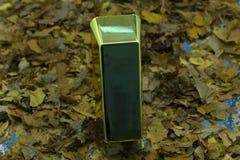 Närbildsikt av skinande guld- stänger som staplas upp i perfekta rader med omgivande ljus reflekterat från dess yttersidor Begrep arkivbild