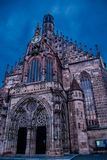 N?rbildsikt av St Vitus Cathedral mot den bl?a himlen arkivbild