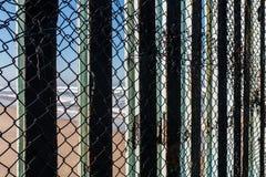 Närbildsikt av staketet With Tijuana Beach för internationell gräns royaltyfria bilder