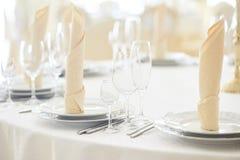 Närbildsikt av tabellen i restaurang royaltyfri fotografi