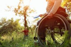 Närbildsikt på hjulen av en rullstol brigham royaltyfri bild