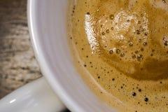 Närbildsikten av en nytt gjord kopp av varmt Americano kaffe som ses i ett keramiskt, rånar Arkivbilder