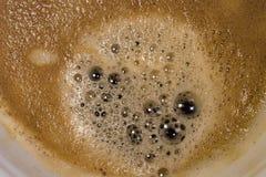 Närbildsikten av en nytt gjord kopp av varmt Americano kaffe som ses i ett keramiskt, rånar Royaltyfria Bilder