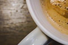 Närbildsikten av en nytt gjord kopp av varmt Americano kaffe som ses i ett keramiskt, rånar Arkivfoton